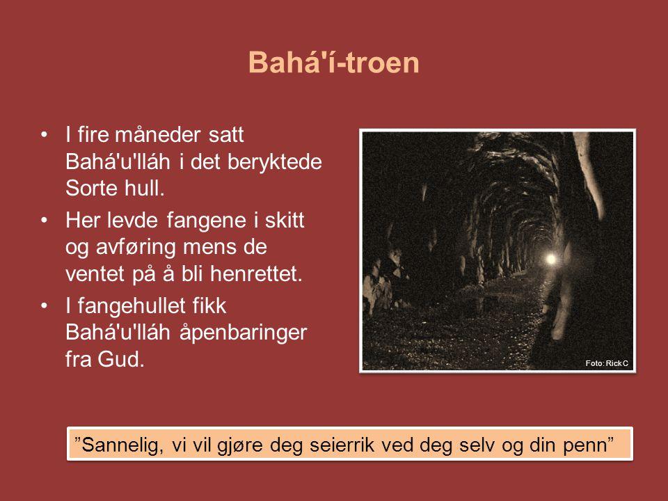 Bahá í-troen I fire måneder satt Bahá u lláh i det beryktede Sorte hull. Her levde fangene i skitt og avføring mens de ventet på å bli henrettet.