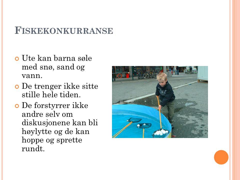 Fiskekonkurranse Ute kan barna søle med snø, sand og vann.