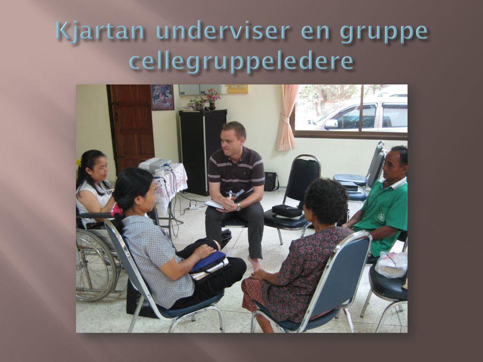 Kjartan underviser en gruppe cellegruppeledere
