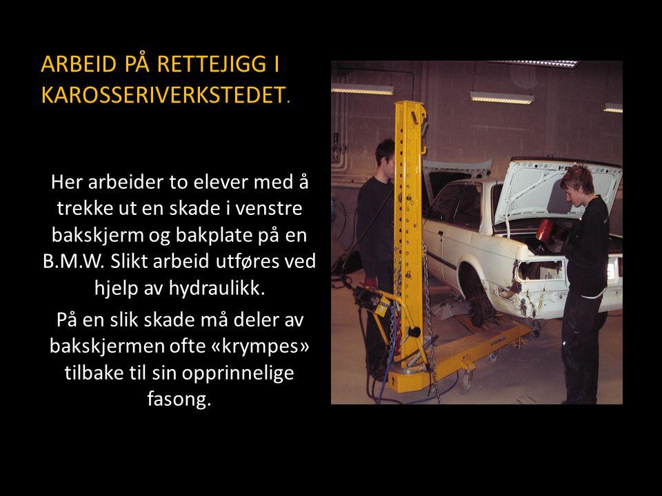 ARBEID PÅ RETTEJIGG I KAROSSERIVERKSTEDET.