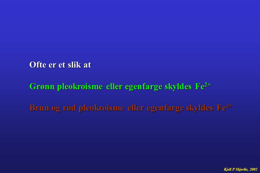 Grønn pleokroisme eller egenfarge skyldes Fe2+