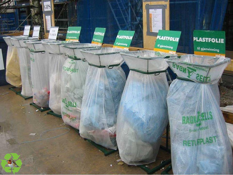 Dette er et annet eksempel på god planlegging av avfallshåndteringen med tydelig merking av hvor de ulike avfallsfraksjonene skal tømmes. Denne løsningen, med mindre stativer, er godt egnet når man har begrenset med plass.