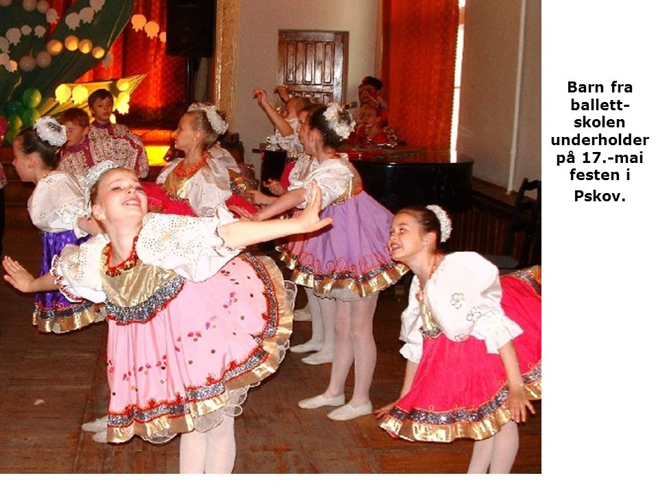 Barn fra ballett-skolen underholder på 17.-mai festen i Pskov.