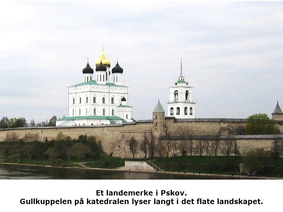 Et landemerke i Pskov. Gullkuppelen på katedralen lyser langt i det flate landskapet.