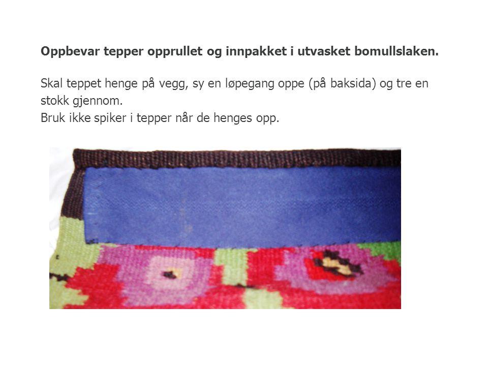 Oppbevar tepper opprullet og innpakket i utvasket bomullslaken