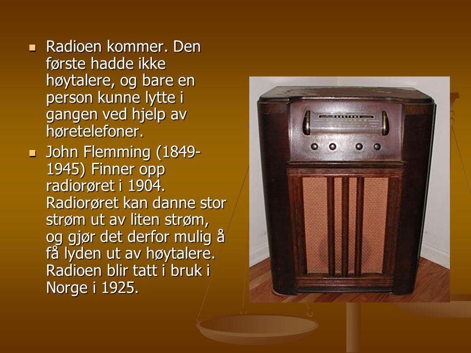 Radioen kommer. Den første hadde ikke høytalere, og bare en person kunne lytte i gangen ved hjelp av høretelefoner.