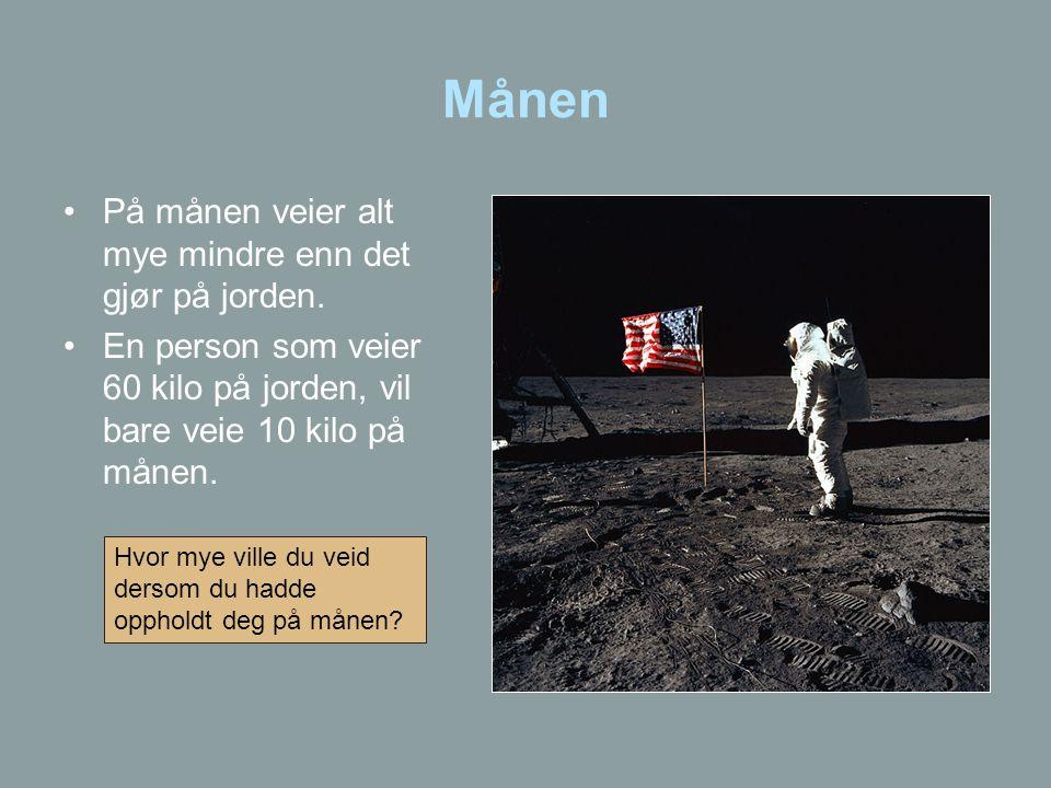 Månen På månen veier alt mye mindre enn det gjør på jorden.