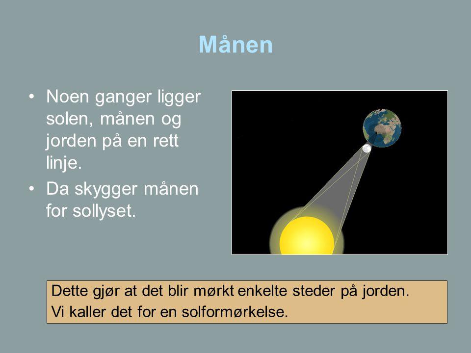 Månen Noen ganger ligger solen, månen og jorden på en rett linje.