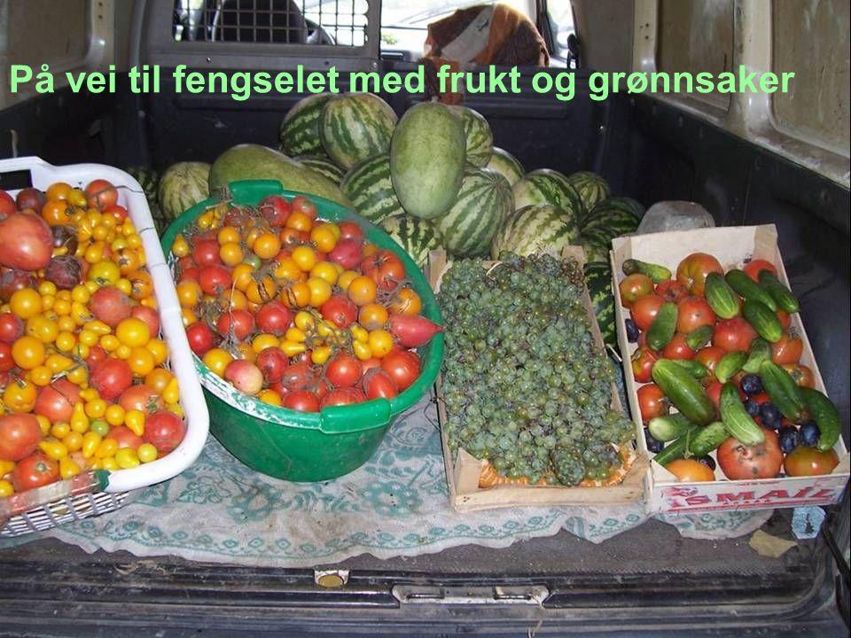 På vei til fengselet med frukt og grønnsaker