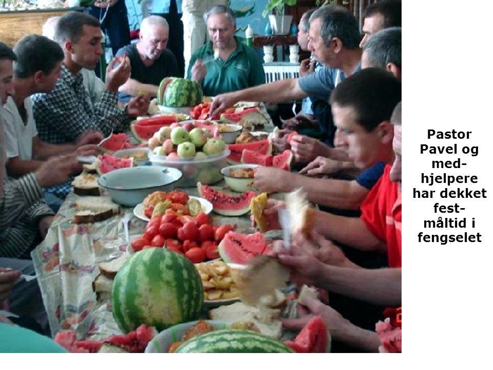 Pastor Pavel og med-hjelpere har dekket fest- måltid i fengselet