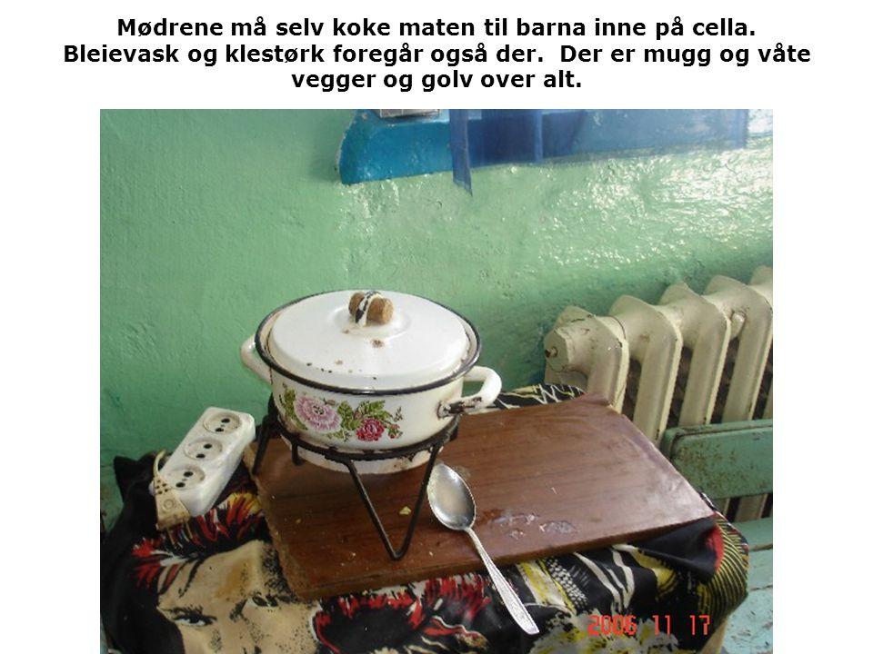 Mødrene må selv koke maten til barna inne på cella