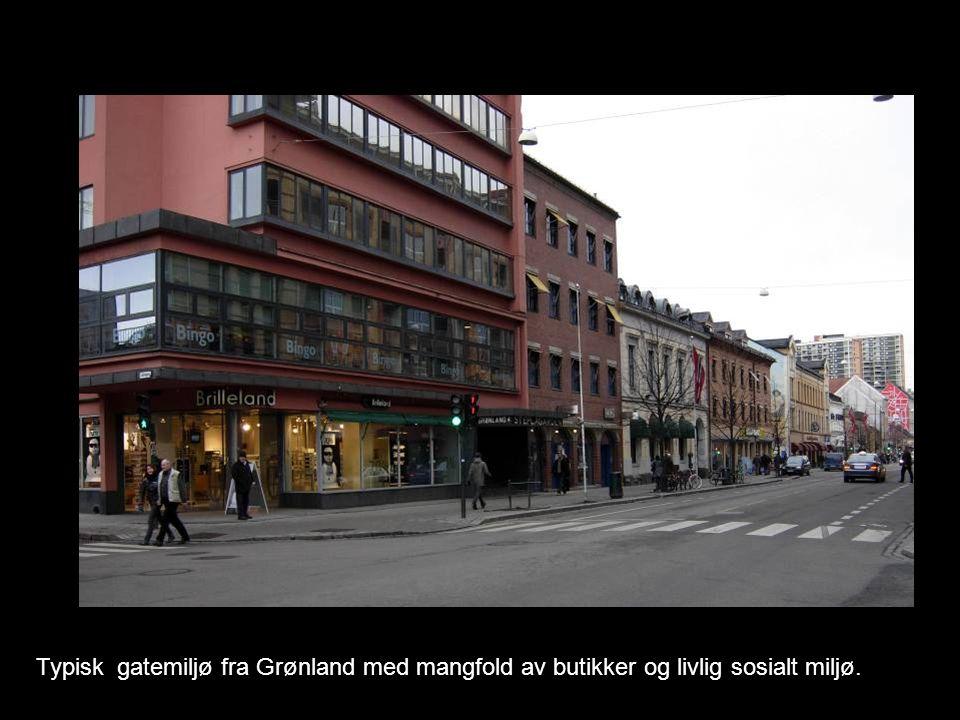 Typisk gatemiljø fra Grønland med mangfold av butikker og livlig sosialt miljø.