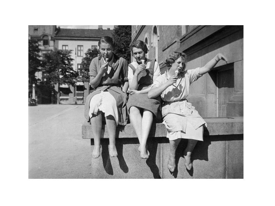 Ingrid Andersen f 1916 ( til høyre) og to venninner spiser is utenfor hybelen i kjelleren på Nasjonalgalleriet, pause fra jobben som ekspeditrise hos Walter Jacobsen