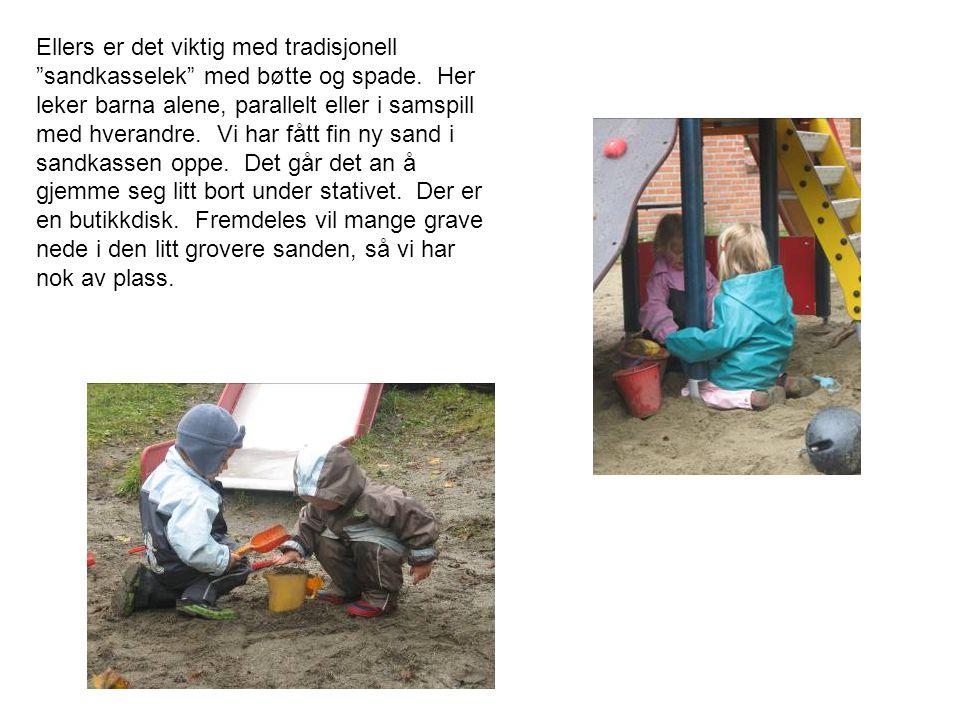 Ellers er det viktig med tradisjonell sandkasselek med bøtte og spade.