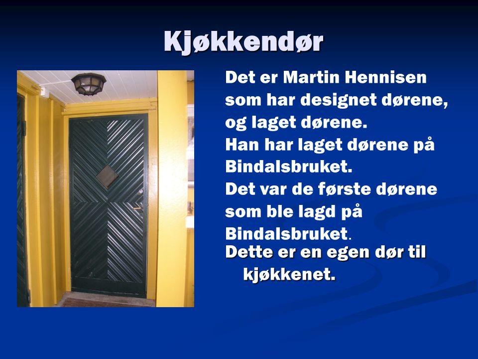 Kjøkkendør Det er Martin Hennisen som har designet dørene, og laget dørene. Han har laget dørene på Bindalsbruket.