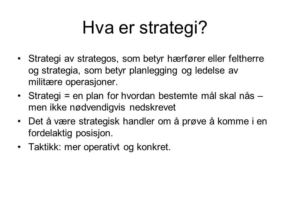 Hva er strategi Strategi av strategos, som betyr hærfører eller feltherre og strategia, som betyr planlegging og ledelse av militære operasjoner.