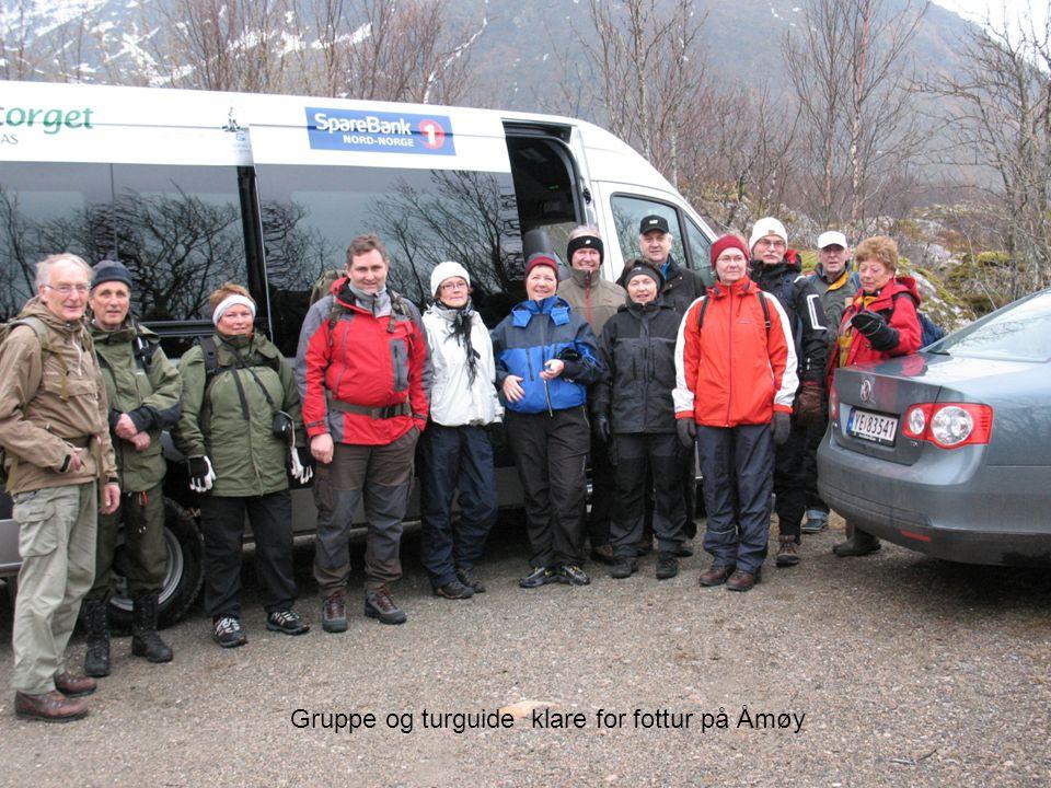 Gruppe og turguide klare for fottur på Åmøy