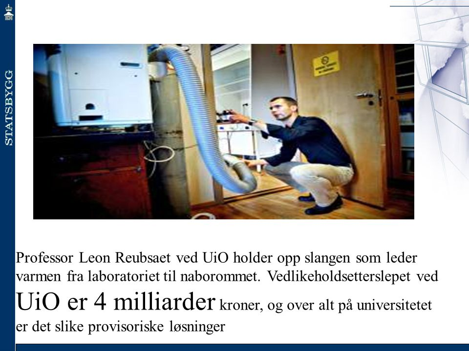Professor Leon Reubsaet ved UiO holder opp slangen som leder varmen fra laboratoriet til naborommet.