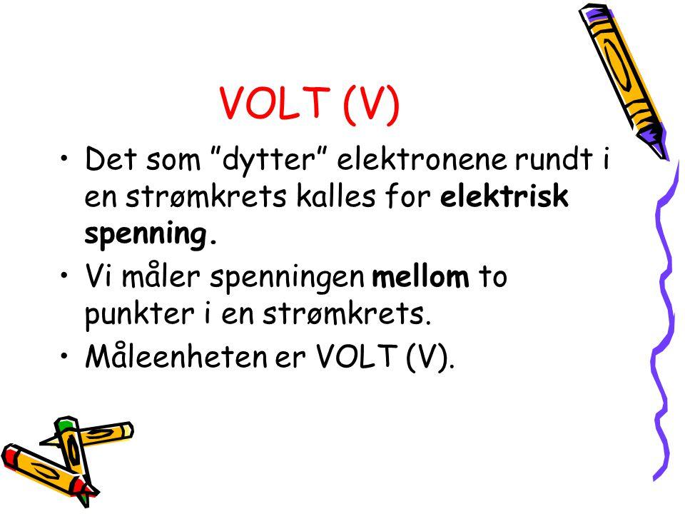 VOLT (V) Det som dytter elektronene rundt i en strømkrets kalles for elektrisk spenning. Vi måler spenningen mellom to punkter i en strømkrets.