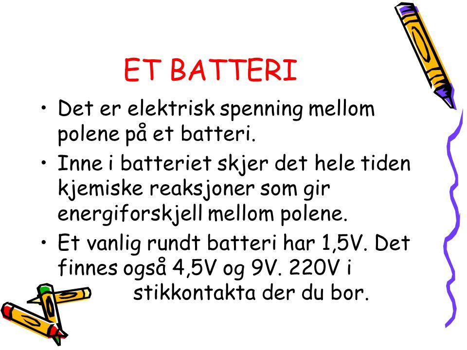 ET BATTERI Det er elektrisk spenning mellom polene på et batteri.