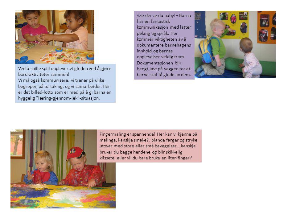 «Se der æ du baby!» Barna har en fantastisk kommunikasjon med latter peking og språk. Her kommer viktigheten av å dokumentere barnehagens innhold og barnas opplevelser veldig fram. Dokumentasjonen blir hengt lavt på veggen for at barna skal få glede av dem.