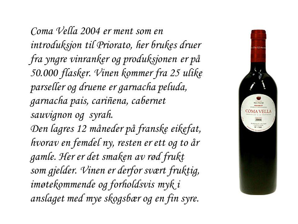 Coma Vella 2004 er ment som en introduksjon til Priorato, her brukes druer fra yngre vinranker og produksjonen er på 50.000 flasker. Vinen kommer fra 25 ulike parseller og druene er garnacha peluda, garnacha pais, cariñena, cabernet sauvignon og syrah.