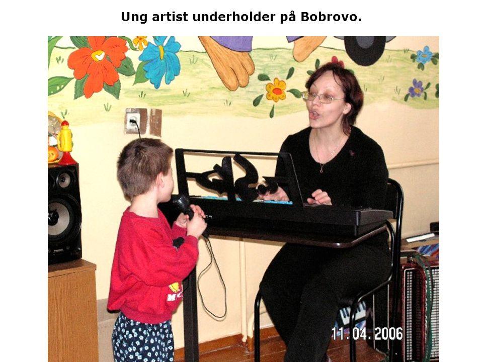 Ung artist underholder på Bobrovo.