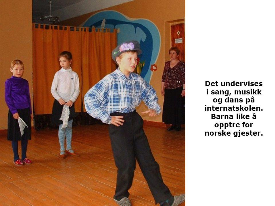Det undervises i sang, musikk og dans på internatskolen
