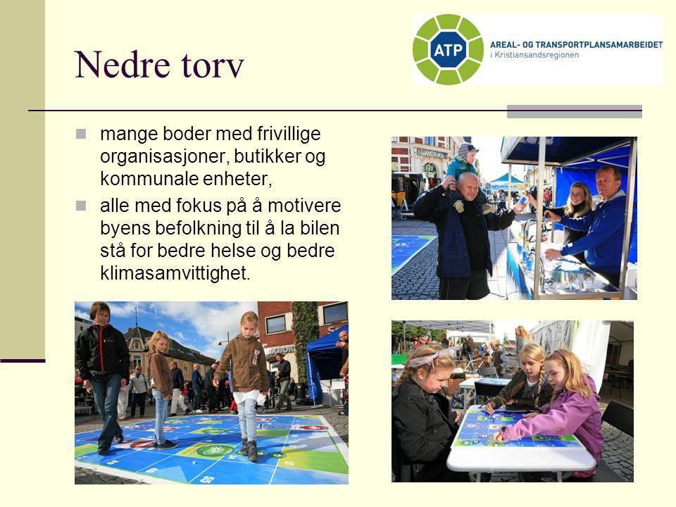 Nedre torv mange boder med frivillige organisasjoner, butikker og kommunale enheter,