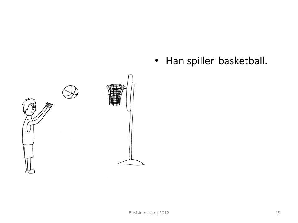Han spiller basketball.