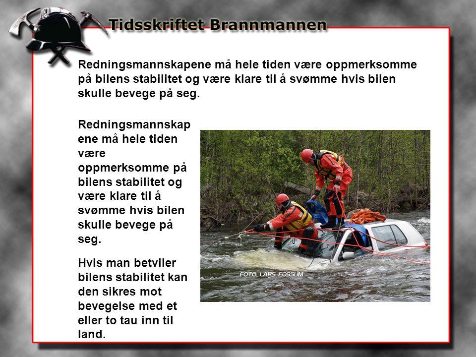 Redningsmannskapene må hele tiden være oppmerksomme på bilens stabilitet og være klare til å svømme hvis bilen skulle bevege på seg.
