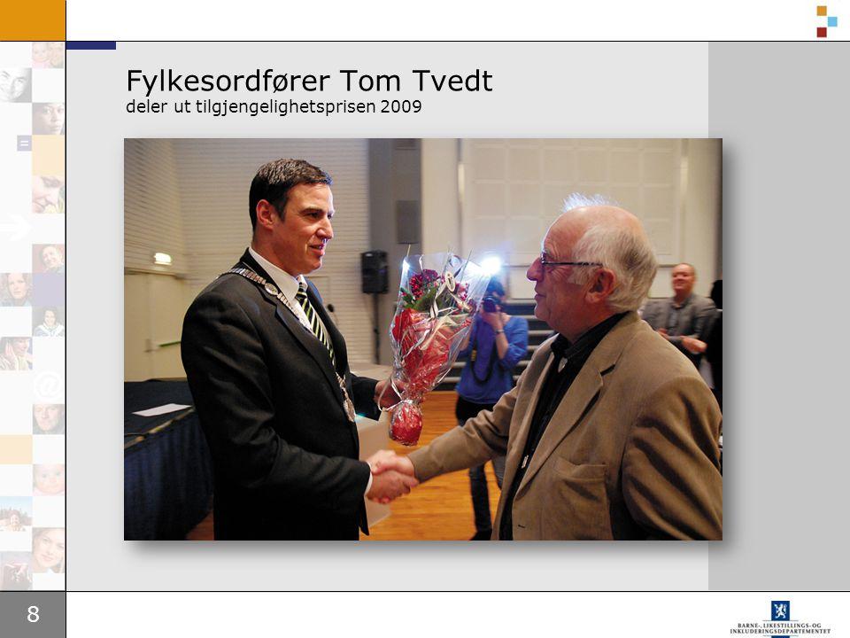 Fylkesordfører Tom Tvedt deler ut tilgjengelighetsprisen 2009
