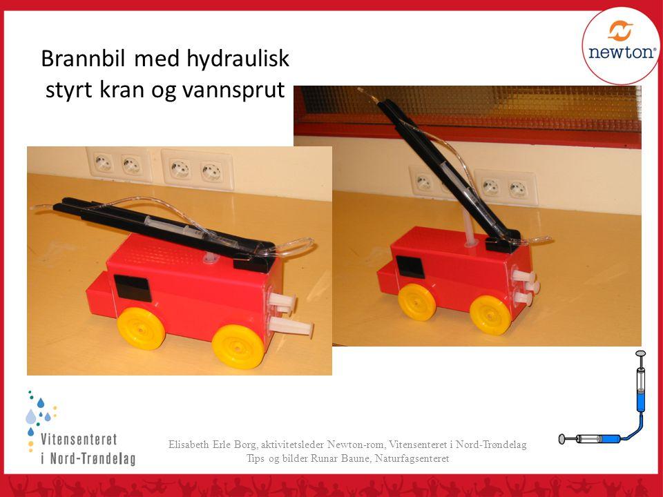 Brannbil med hydraulisk styrt kran og vannsprut