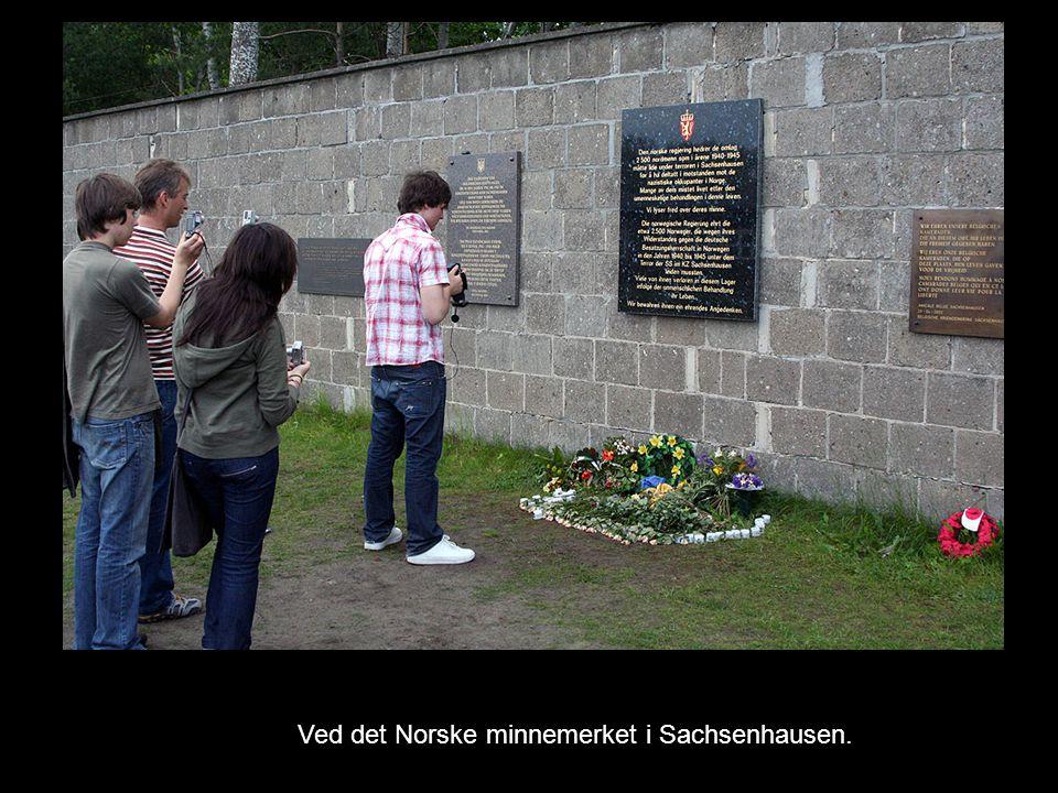 Ved det Norske minnemerket i Sachsenhausen.