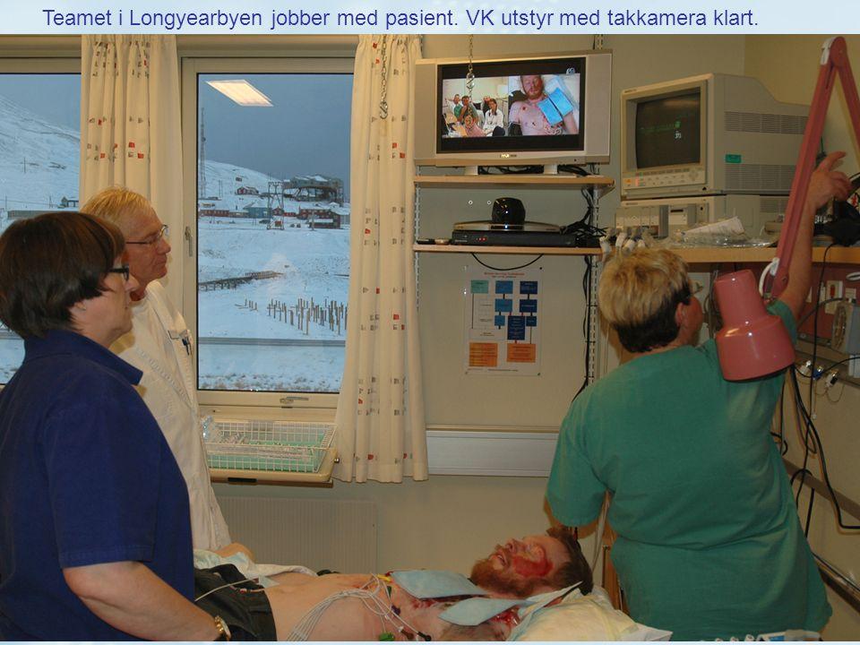 Teamet i Longyearbyen jobber med pasient. VK utstyr med takkamera klart.