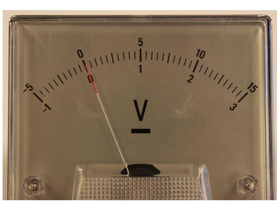 Introduksjon til kommende forsøk, hvor vi benytter Voltmeteret (V) til å lese av stømspenningen. Vi benytter nederste skala, som går opp til 3V.