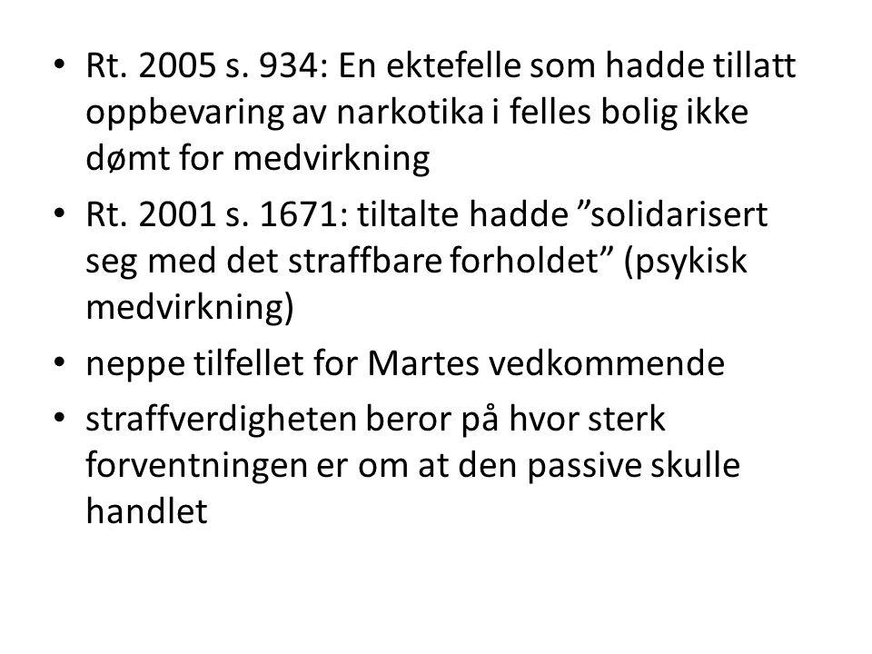 Rt. 2005 s. 934: En ektefelle som hadde tillatt oppbevaring av narkotika i felles bolig ikke dømt for medvirkning
