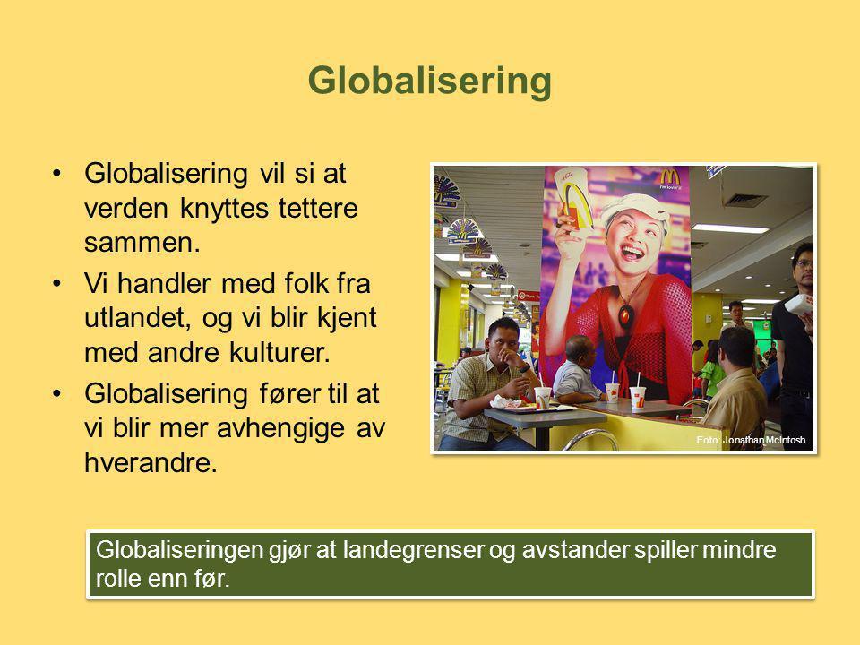 Globalisering Globalisering vil si at verden knyttes tettere sammen.