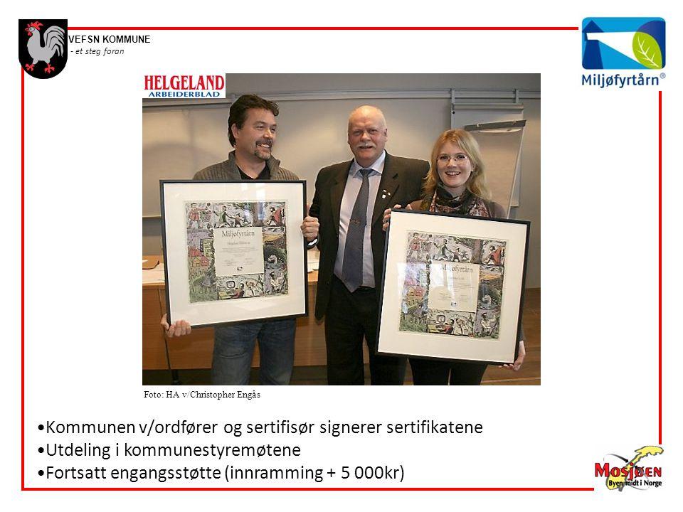 Kommunen v/ordfører og sertifisør signerer sertifikatene