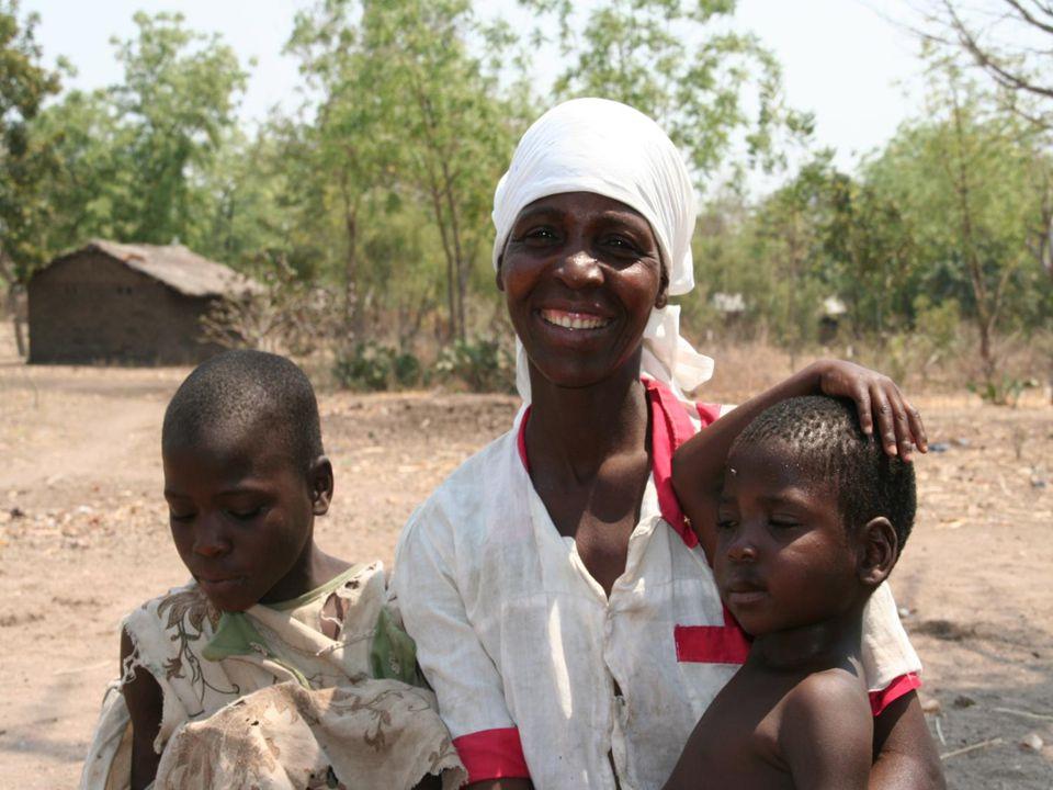 Et år etterpå var hun en helt annen person da vår informasjonssjef Synne Rønning var i Ngabu og møtte familien igjen. Kvinnen var en helt annen, nå med håp for fremtiden fordi hun var tatt opp i familieprogrammet til SOS-barnebyer, som startet i høst takket være midler fra Sammen for barn i Malawi. De er lovet et nytt hus.