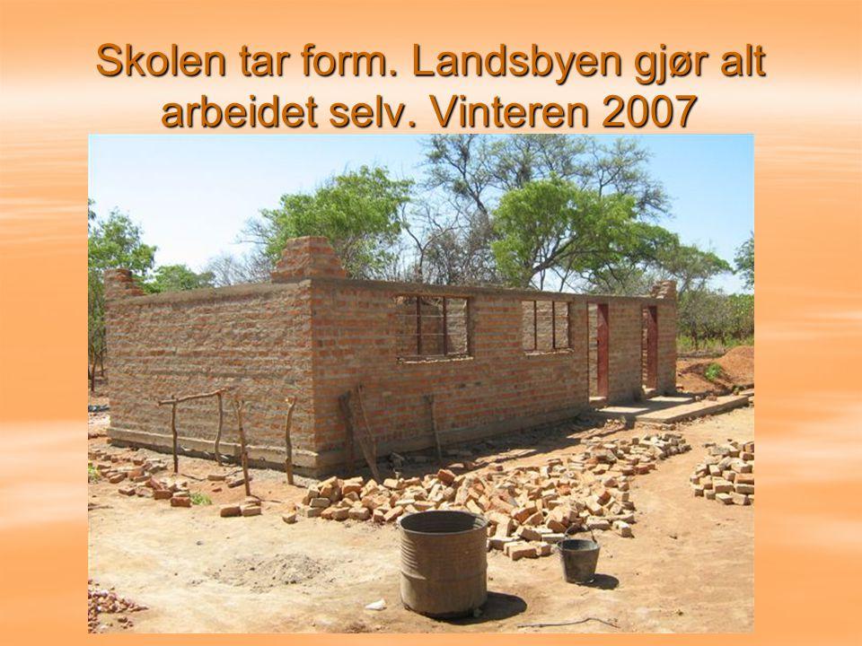 Skolen tar form. Landsbyen gjør alt arbeidet selv. Vinteren 2007