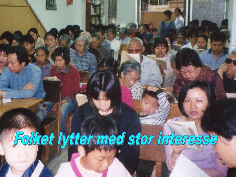 Folket lytter med stor interesse