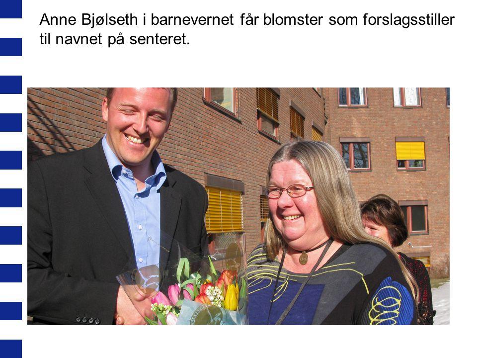Anne Bjølseth i barnevernet får blomster som forslagsstiller til navnet på senteret.