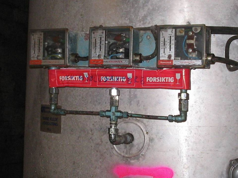 Kvikksølvbrytere på trykktank er merket med rød tape FORSIKTIG