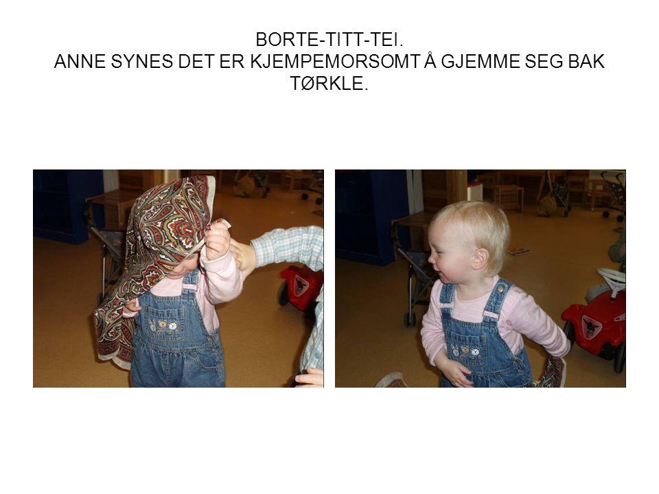 BORTE-TITT-TEI. ANNE SYNES DET ER KJEMPEMORSOMT Å GJEMME SEG BAK TØRKLE.