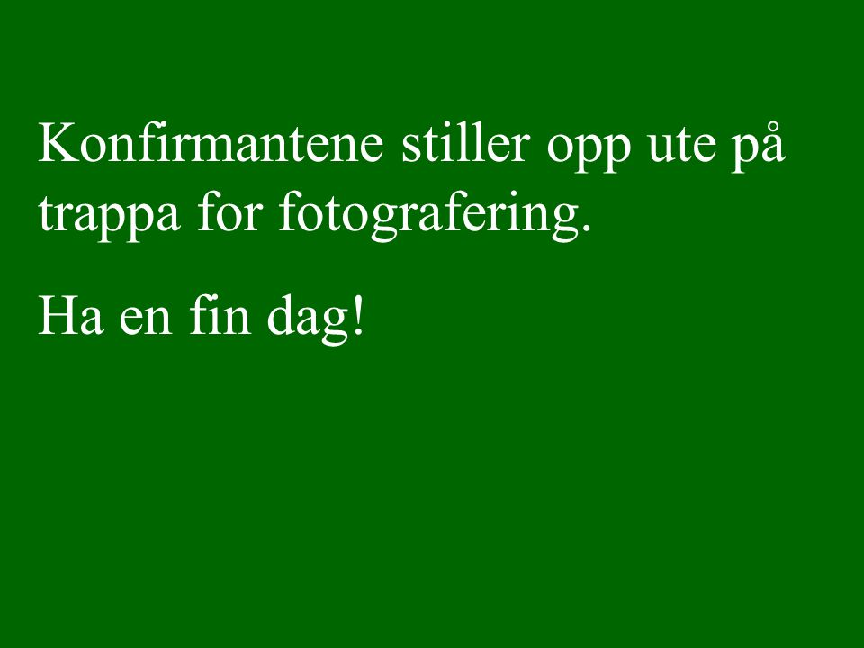 Konfirmantene stiller opp ute på trappa for fotografering.