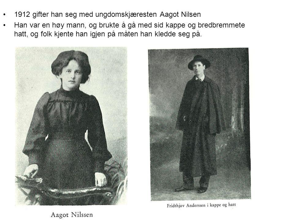 1912 gifter han seg med ungdomskjæresten Aagot Nilsen