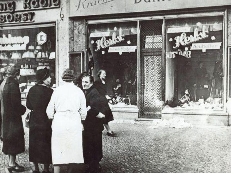 Jødeforfølgelse 1933: Myndighetene boikottet alle forretninger eid av jøder. Jøder som arbeidet i stat og kommune mistet jobben.