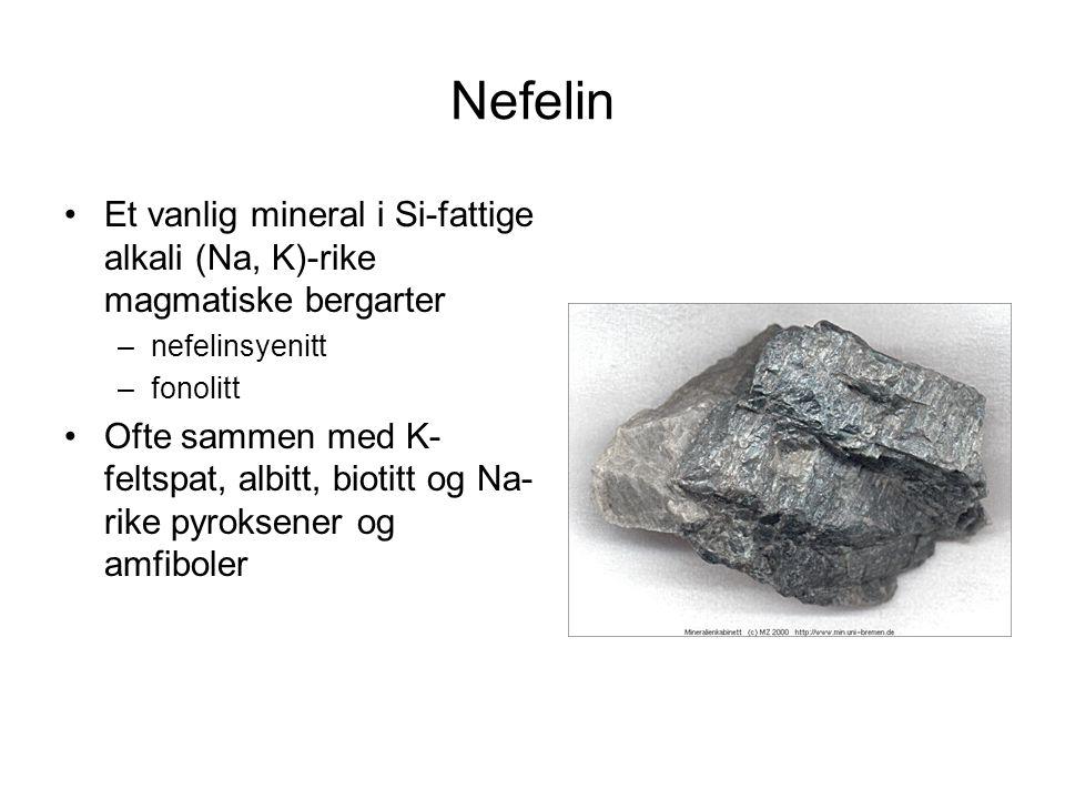 Nefelin Et vanlig mineral i Si-fattige alkali (Na, K)-rike magmatiske bergarter. nefelinsyenitt. fonolitt.
