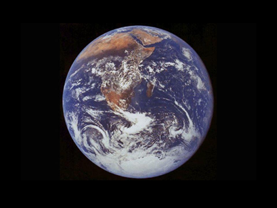 Jorda er rund fordi en støvhaug som utsettes for gravitasjonskrefter vil ha minst potensielll energi når støvhaugen er formet som en kule. Ingen ting kan lenger falle ned. Flattrykkingen ved polene skyldes som kjent jordrotasjonen,så her er det to krefter som virker, gravitasjonen og sentrifugalkraften, men formen som jorda har inntatt er presis den formen som under disse to ytre påvirkningene gir lavest potensiell energi.